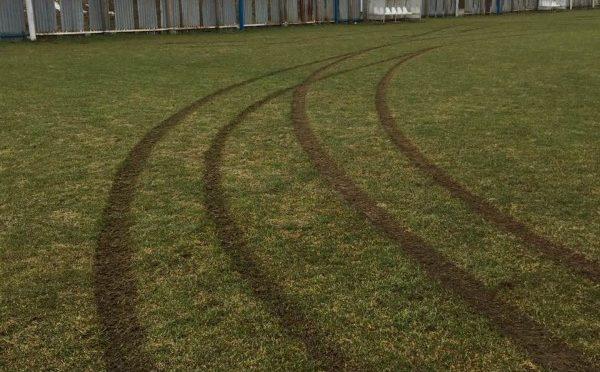 Zničená trávnatá plocha na ihrisku Banková
